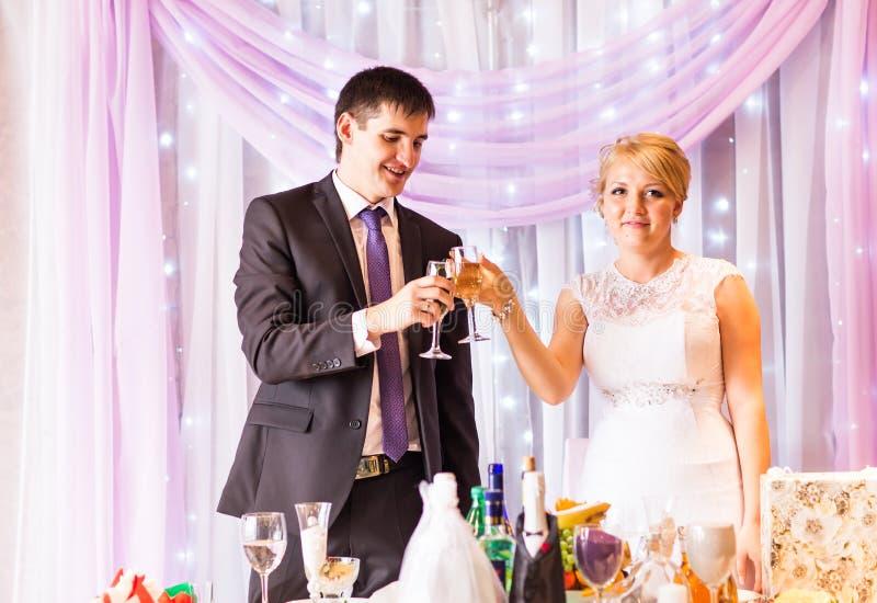 Novia y novio Celebrating At Reception imágenes de archivo libres de regalías