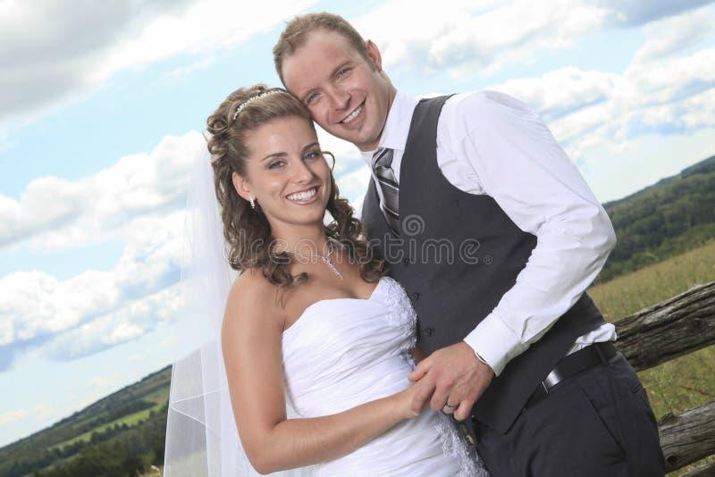 Novia y novio cerca del campo del heno imagen de archivo libre de regalías