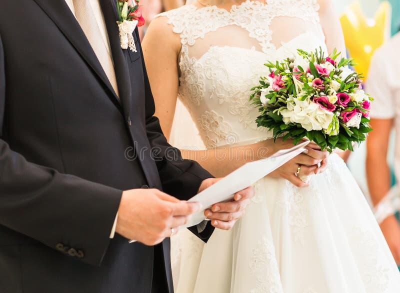 Novia y novio con el contrato del permiso de matrimonio o de la boda foto de archivo libre de regalías
