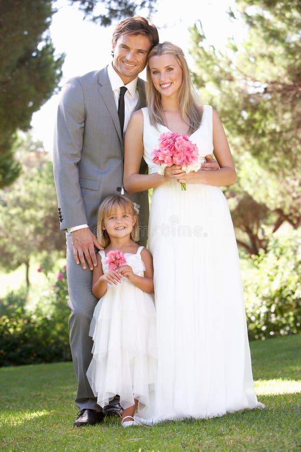 Novia y novio con la dama de honor en la boda imagen de archivo libre de regalías