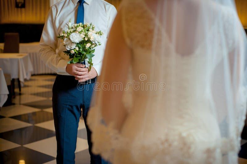 Novia y novio con un ramo de flores imagen de archivo libre de regalías