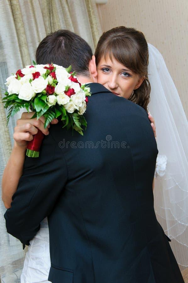 Novia y novio de la primera reunión para el día de boda. Abrazo del amor foto de archivo