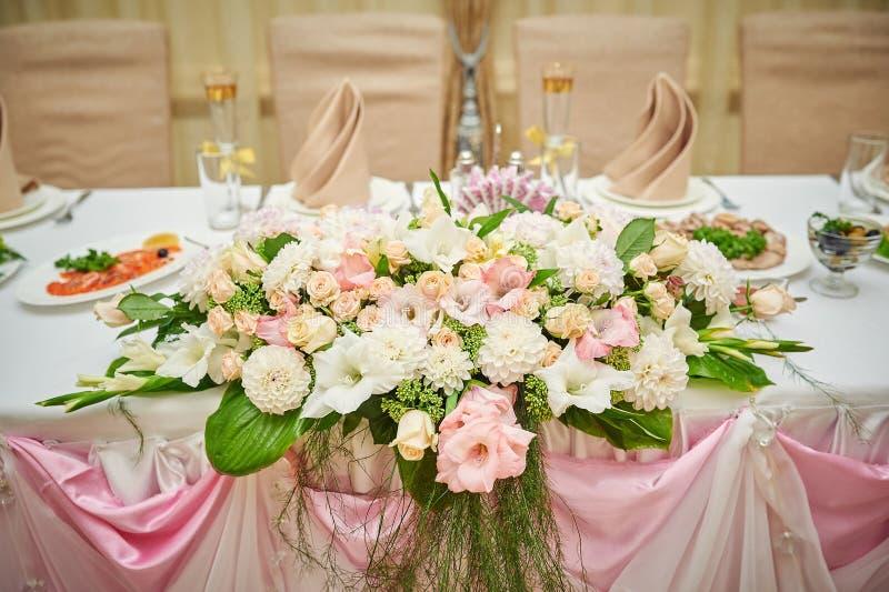 Novia y novio de la tabla de la boda adornados con las flores imágenes de archivo libres de regalías