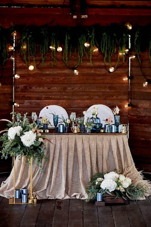 Novia y novio de la tabla en el banquete que se casa El casarse floristry Pantalla de madera de Brown Mantel del tejido simple az foto de archivo libre de regalías