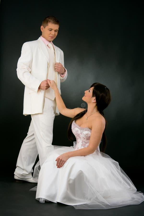 Novia y novio en alineada de boda foto de archivo