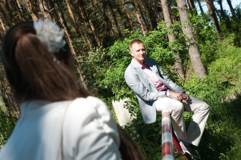 Novia y novio en bosque fotos de archivo libres de regalías
