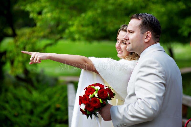 Novia y novio en caminata de la boda foto de archivo