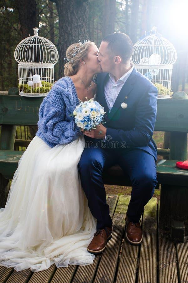 Novia y novio en el día de boda fotografía de archivo