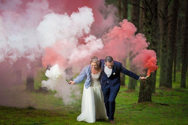 Novia y novio en el día de boda imágenes de archivo libres de regalías
