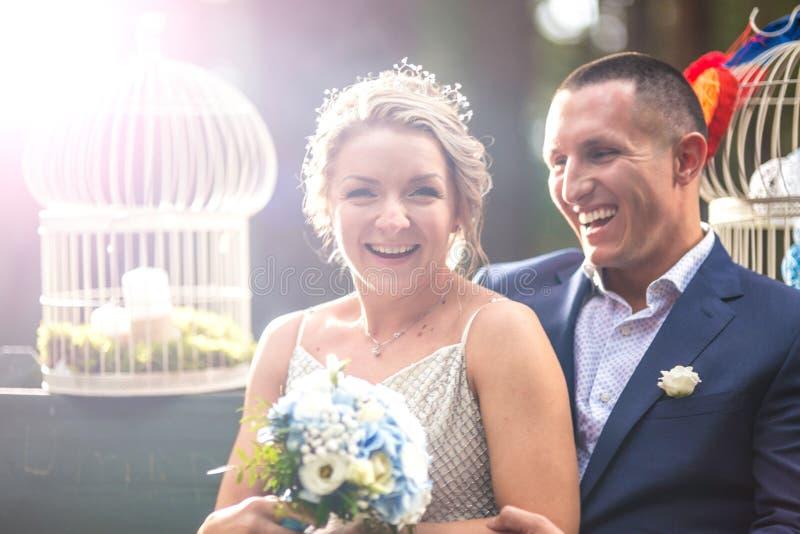 Novia y novio en el día de boda imagen de archivo