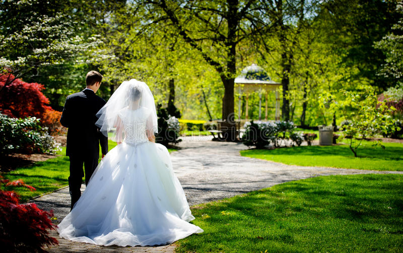Novia y novio en el parque fotos de archivo