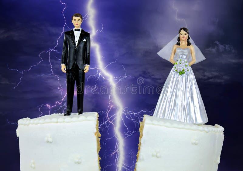 Novia y novio en el pastel de bodas de la fractura imágenes de archivo libres de regalías