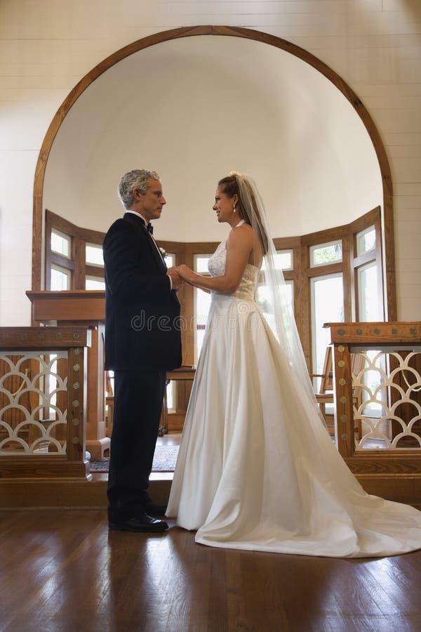 Novia y novio en iglesia. imagenes de archivo
