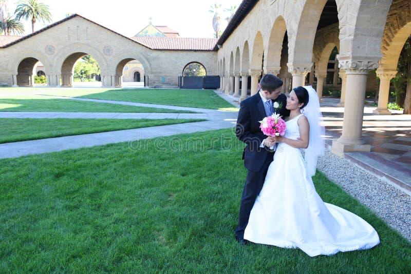 Novia y novio en la boda imagen de archivo
