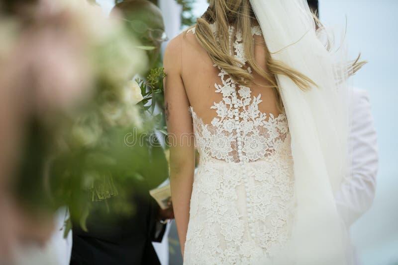 Novia y novio en la boda de playa fotos de archivo libres de regalías