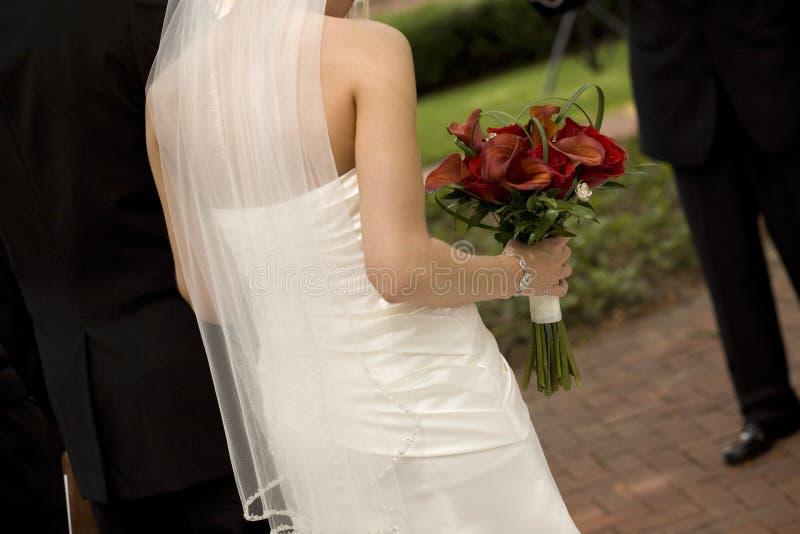 Novia y novio en la ceremonia de boda foto de archivo