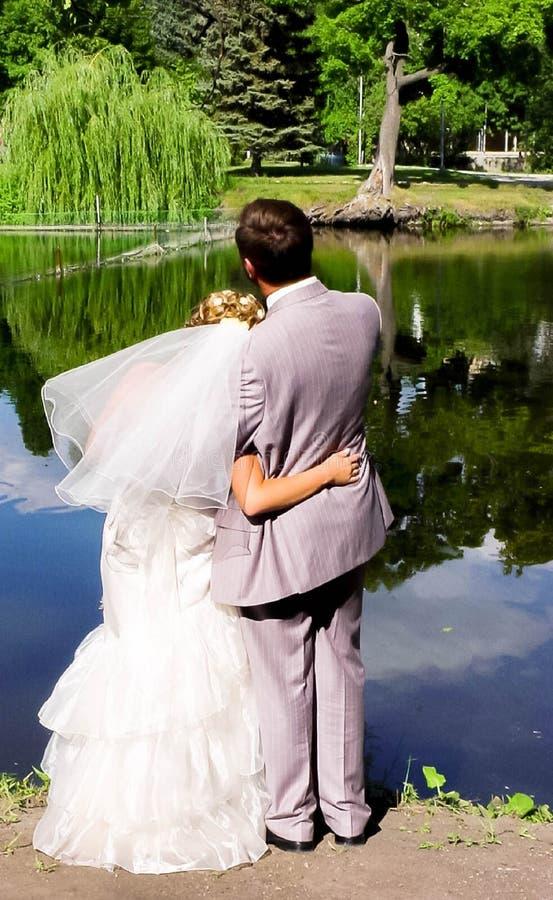 Novia y novio en la charca fotografía de archivo