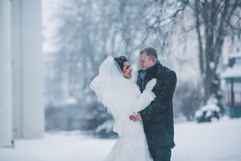 Novia y novio en la ciudad del invierno imagenes de archivo
