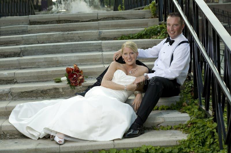 Novia y novio en la escalera fotografía de archivo
