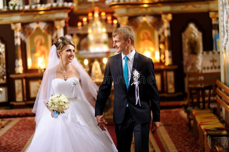 Novia y novio en la iglesia imagenes de archivo