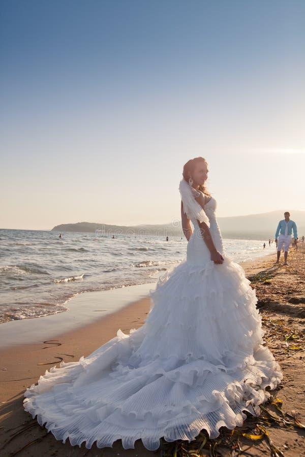 Novia y novio en la playa fotografía de archivo libre de regalías