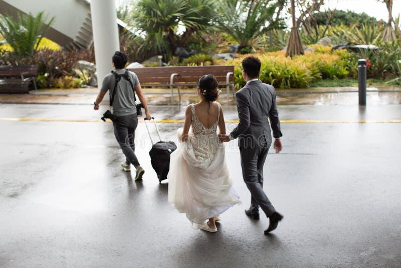 Novia y novio en la ubicación con su fotógrafo que se casa fotos de archivo libres de regalías