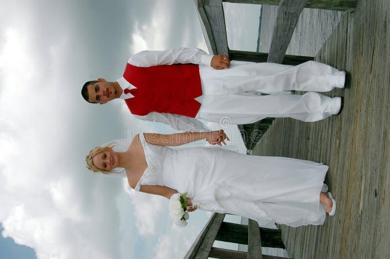 Novia y novio en paseo marítimo fotografía de archivo