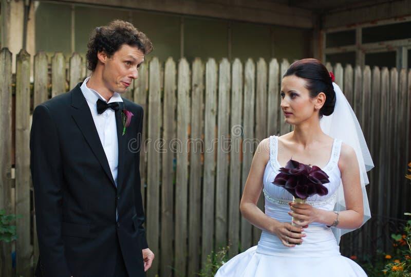 Novia y novio en patio imagen de archivo