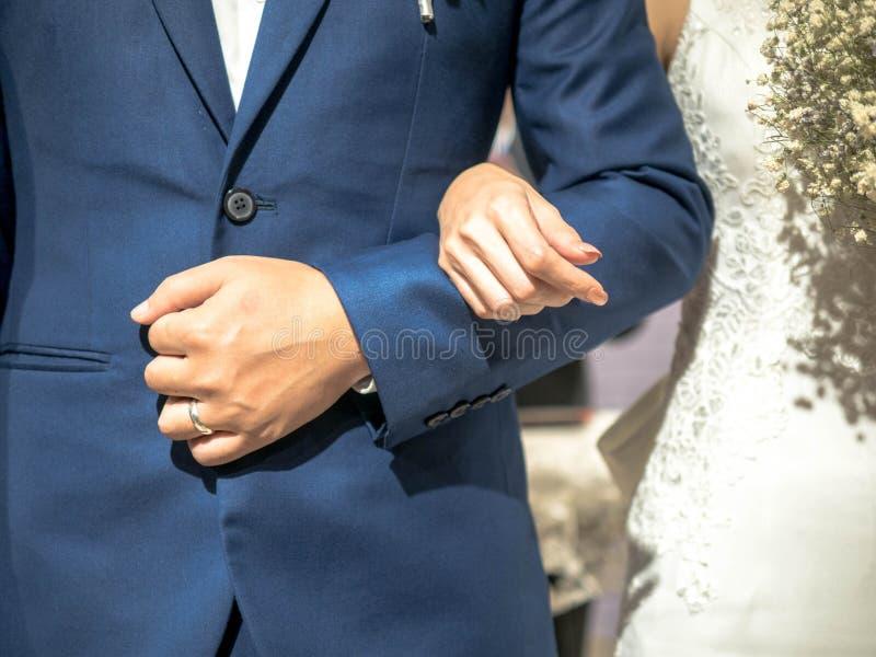 Novia y novio en su día que se casa en la iglesia, matrimonio de la boda de la felicidad imagenes de archivo