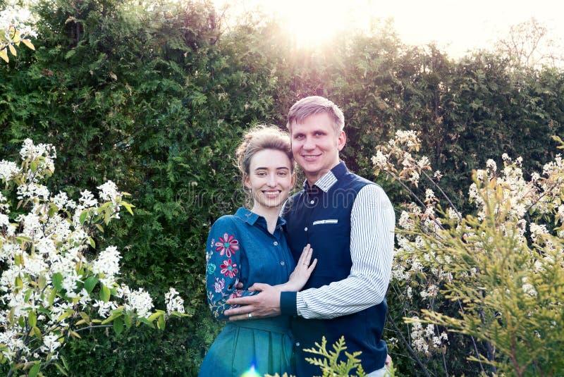 Novia y novio en un parque Besando a los recienes casados novia y novio de los pares en la boda en bosque del verde de la natural foto de archivo