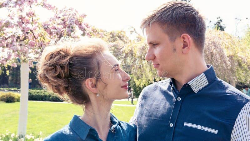 Novia y novio en un parque Besando a los recienes casados novia y novio de los pares en la boda en bosque del verde de la natural imagenes de archivo