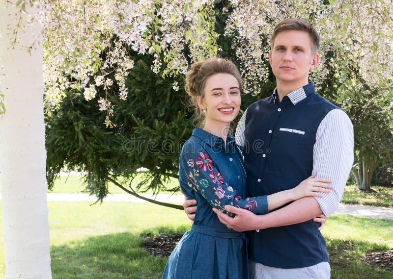 Novia y novio en un parque Besando a los recienes casados novia y novio de los pares en la boda en bosque del verde de la natural imagen de archivo
