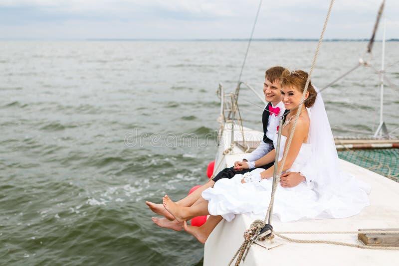 Novia y novio en un yate foto de archivo libre de regalías