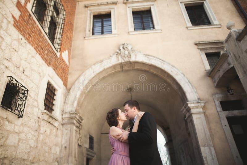 Novia y novio en una ciudad vieja - par de la boda fotografía de archivo libre de regalías