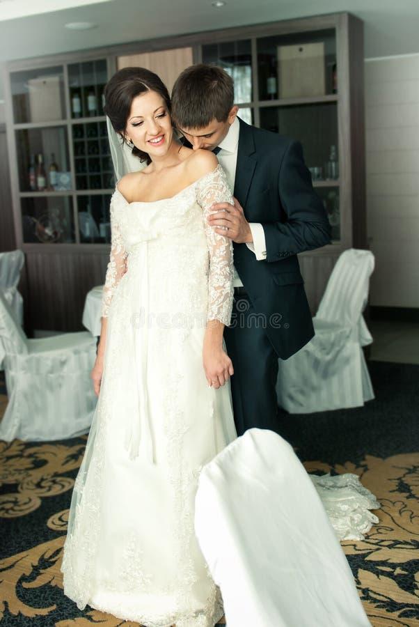 Novia y novio encantadores en su boda imagen de archivo