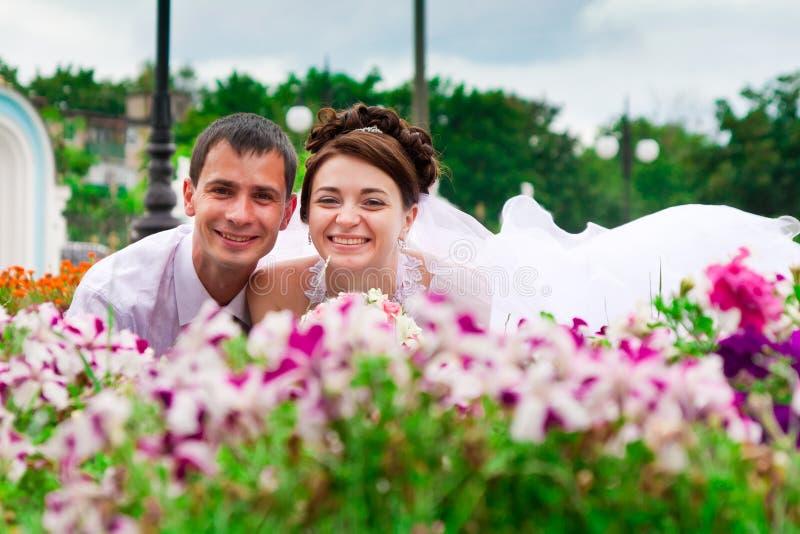 Novia y novio felices imagenes de archivo