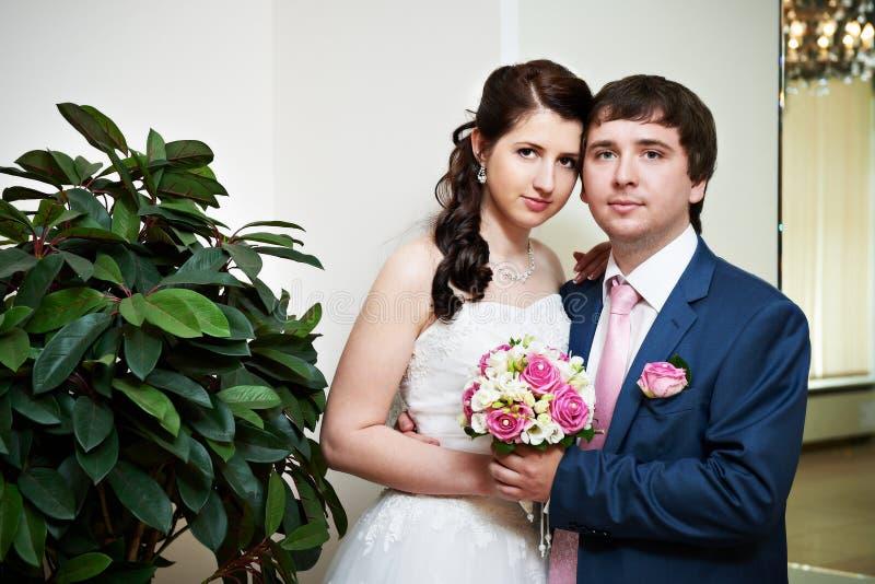 Novia y novio felices fotografía de archivo libre de regalías