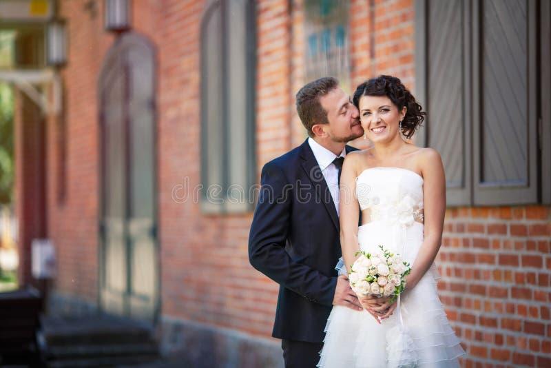 Novia y novio felices imagen de archivo