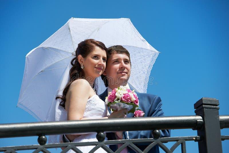 Novia y novio felices con el paraguas imágenes de archivo libres de regalías