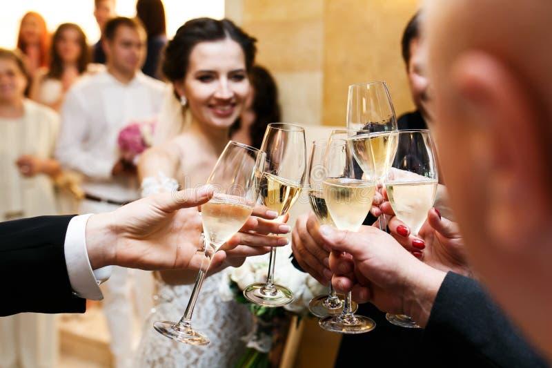 Novia y novio felices del recién casado en la consumición de la recepción nupcial y d imagenes de archivo