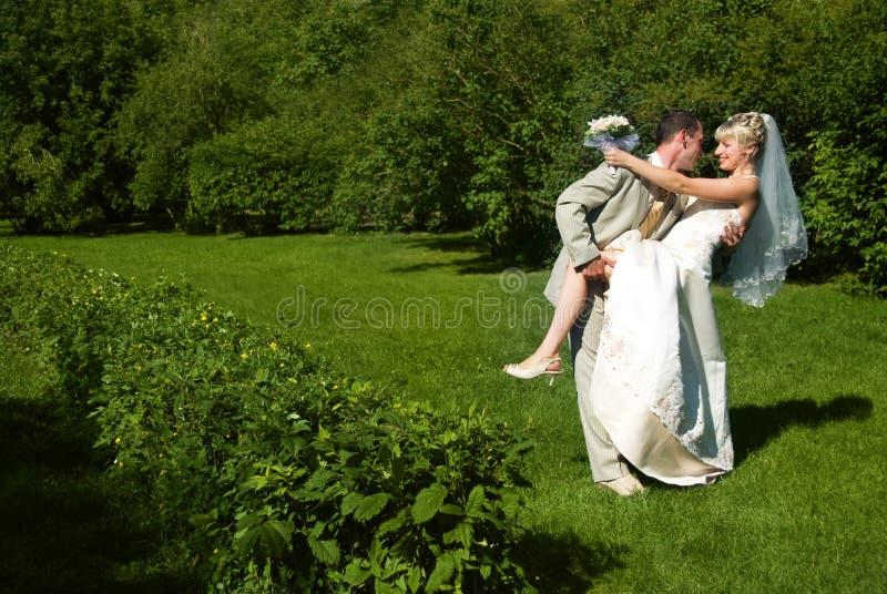 Novia y novio felices en el parque fotografía de archivo libre de regalías