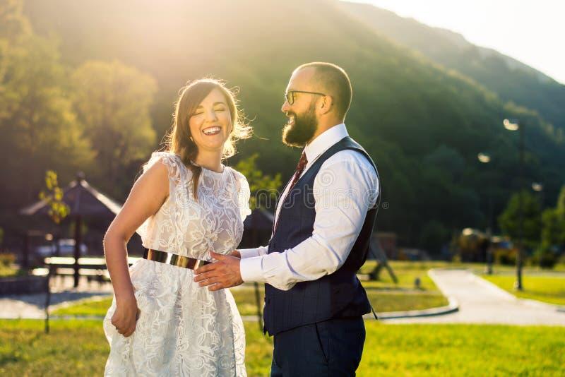 Novia y novio felices en la ceremonia de boda imagen de archivo