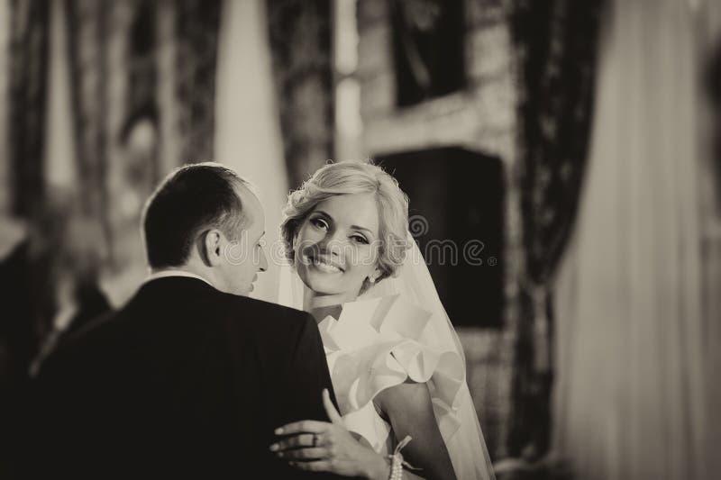 Novia y novio felices en su boda fotos de archivo libres de regalías