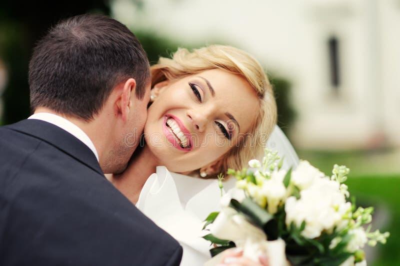 Novia y novio felices en su boda foto de archivo libre de regalías