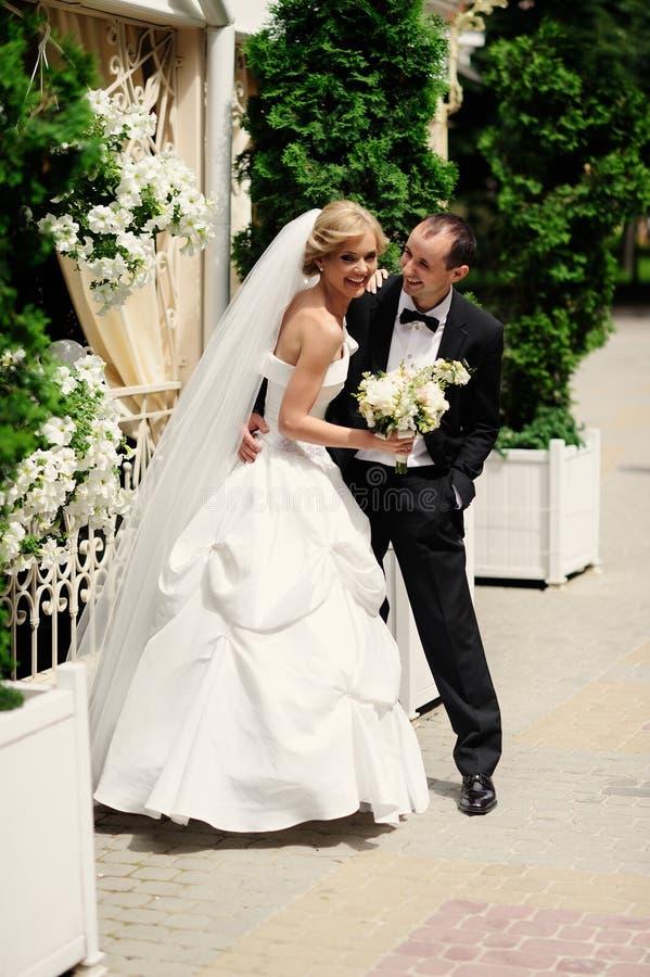 Novia y novio felices en su boda imágenes de archivo libres de regalías