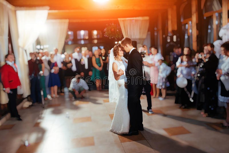 Novia y novio felices una su primera danza, casandose imagen de archivo libre de regalías