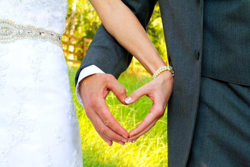 Novia y novio Heart Shape Hands imagenes de archivo