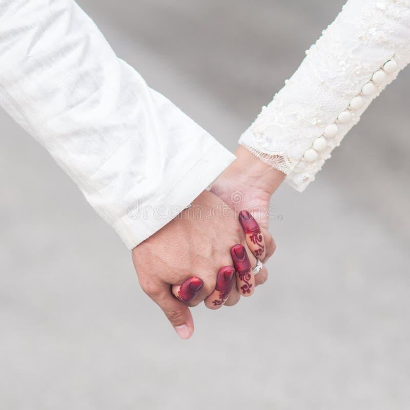 Novia y novio Holding Hand foto de archivo libre de regalías