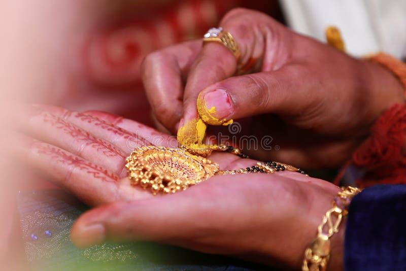 Novia y novio indios Images, fotos comunes del matrimonio imagen de archivo libre de regalías