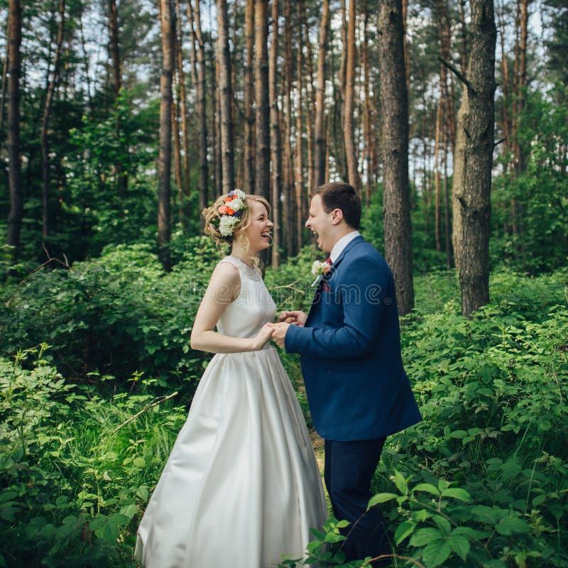 Novia y novio jovenes elegantes de lujo en la primavera su del fondo foto de archivo libre de regalías
